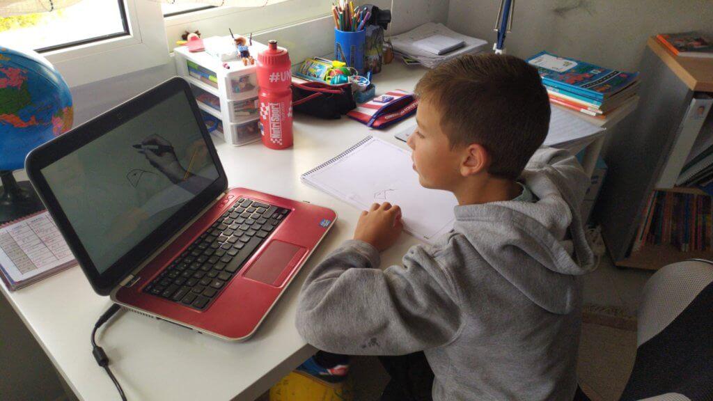 Un alumno atiende a su clase online durante la cuarentena.