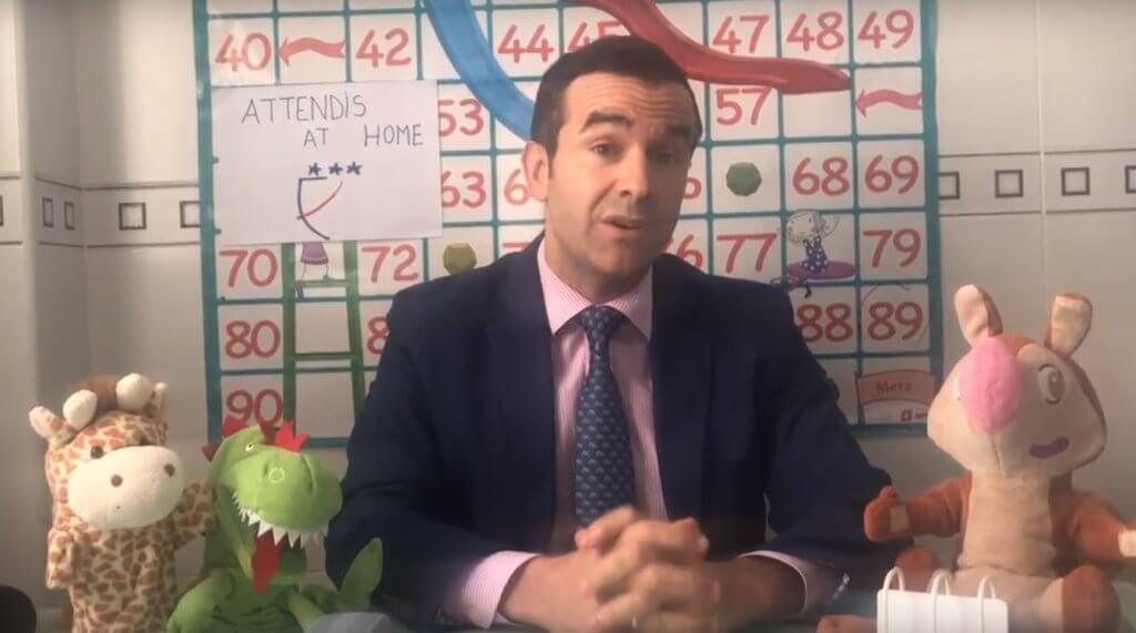 Un profesor de Altaduna-Saladares en una de las clases online con Attendis At Home.