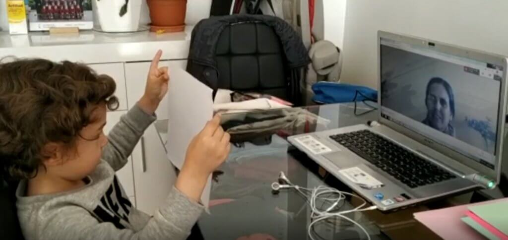 Un alumno enseña la tarea a su profesora  de Altaduna en Attendis at Home durante la cuarentena.
