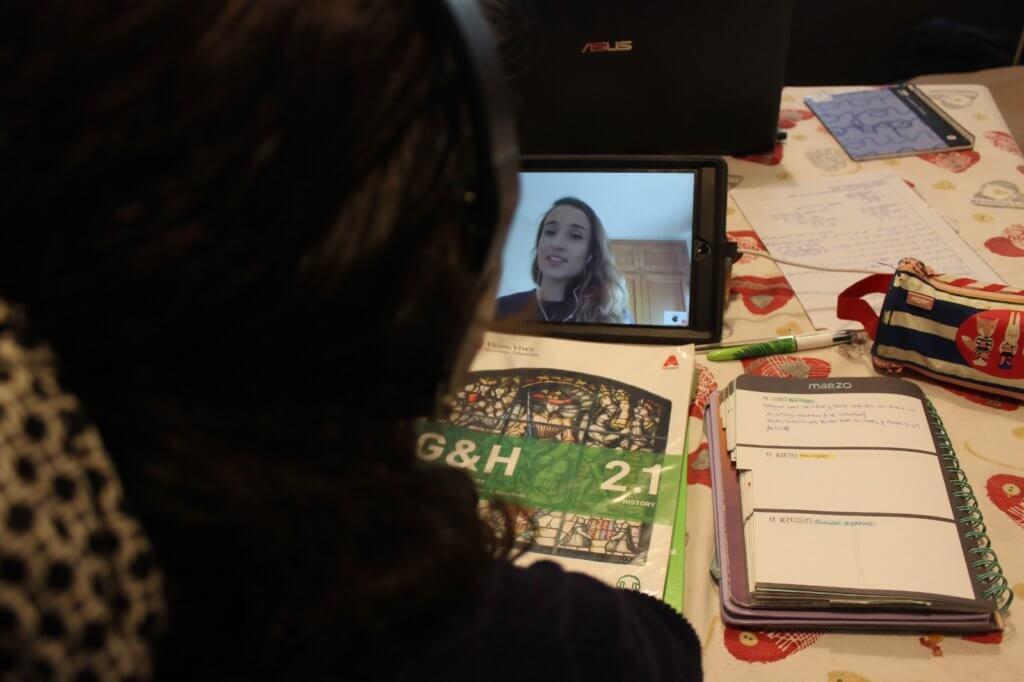 Una profesora de Altaduna atiende a sus alumnos de manera personalizada mediante el sistema Attendis At home.