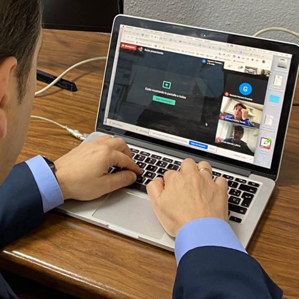 Un profesor del colegio Altocastillo en una clase online