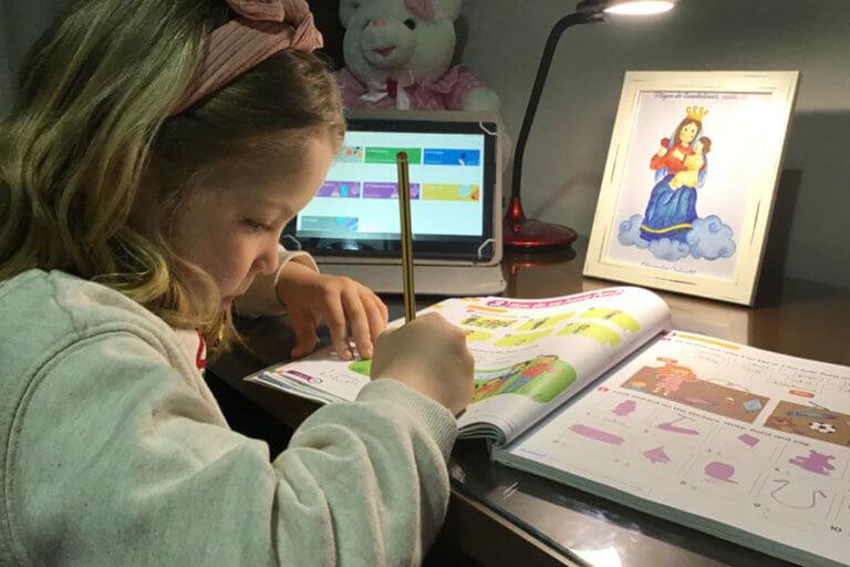 Una alumna de Guadalimar-Altocastillo atiende a una clase online