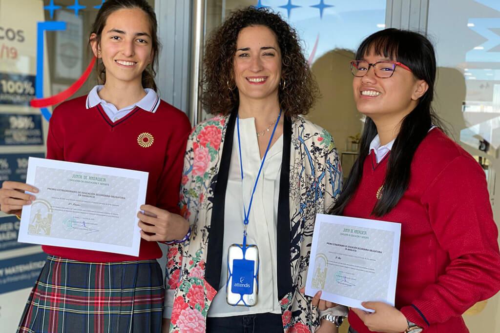 Alumnas del colegio Guadalimar Premio Extraordinario de ESO, con la directora.