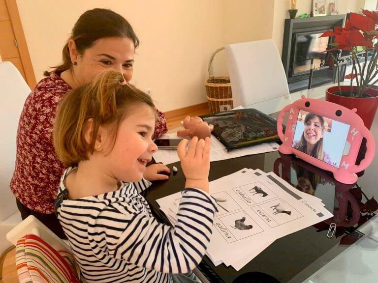 Una alumna de Tierrallana-Entrepinos trabaja con el sistema Attendis at home