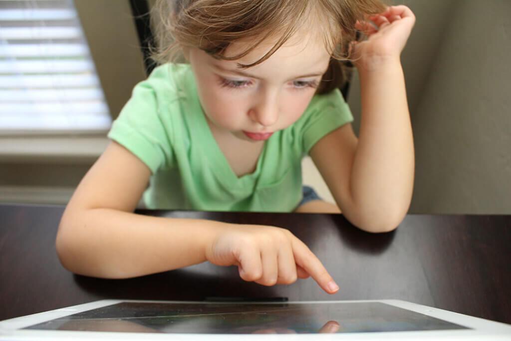 Un niño con una tablet
