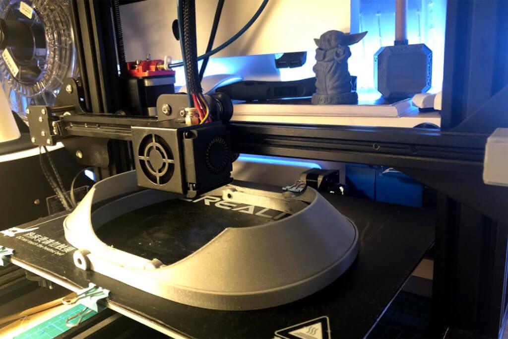 La impresora 3D elaborando las máscaras de Grazalema-Guadalete.