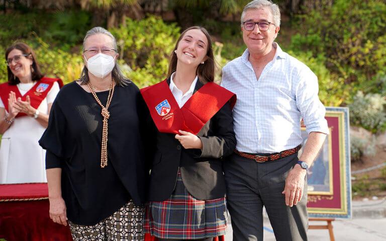 Unos padres con su hija en el acto de 2º de bachillerato