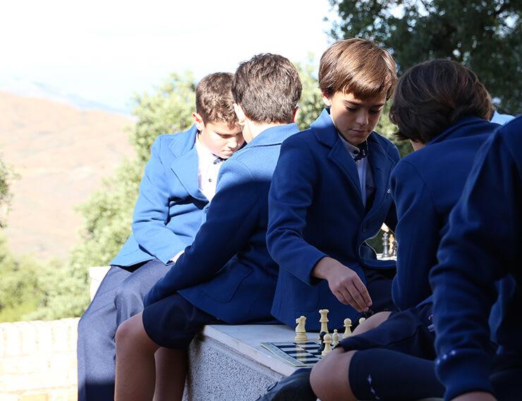 Alumnos de Las Chapas-Ecos jugando al ajedrez.