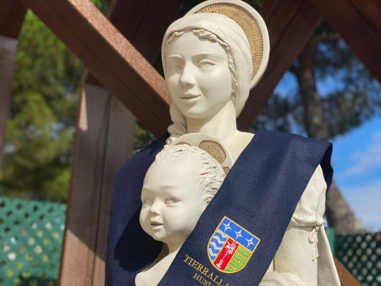 La virgen de Tierrallana con la Beca del colegio.