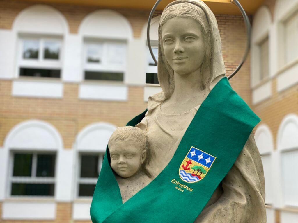 La virgen de Entrepinos con la beca del colegio.