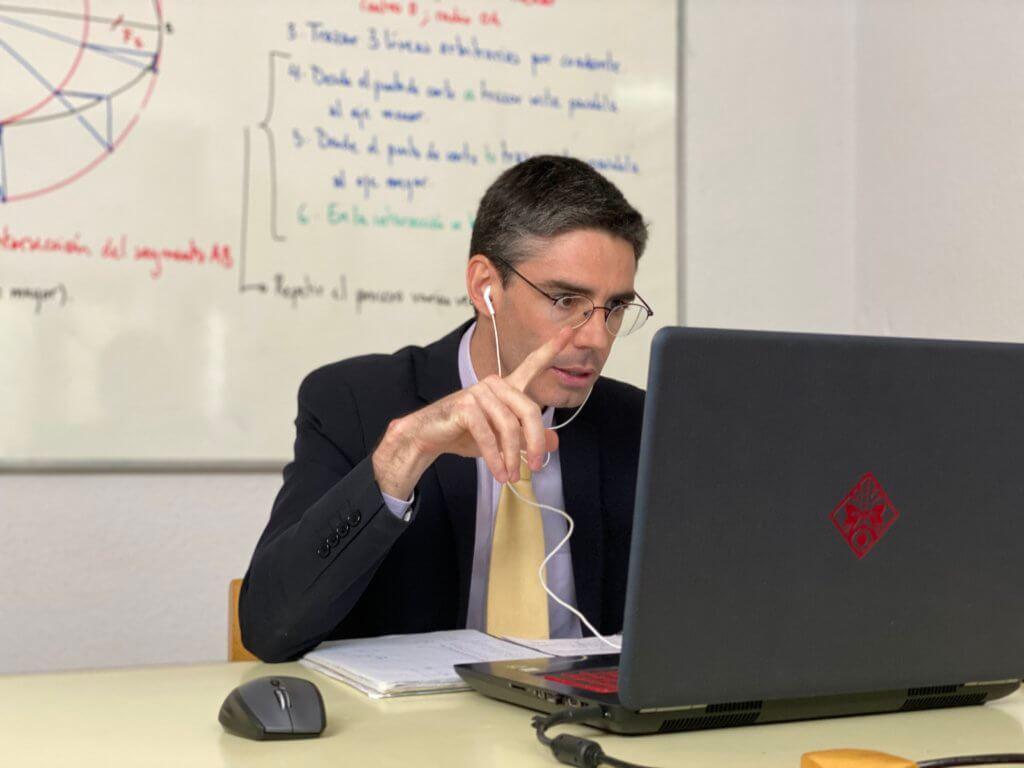 Un tutor de Guadalimar-Altocastillo, atiende online una tutoría.