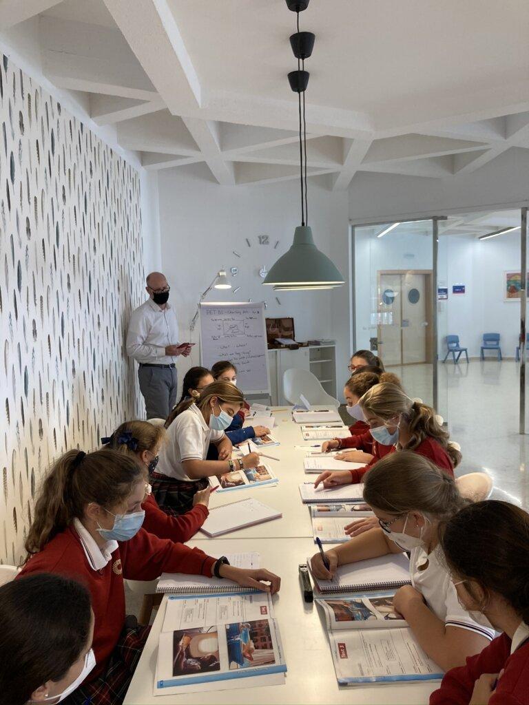 Alumnas de ESO trabajando en las sesiones de speaking con el provesor nativo Cormac Russell