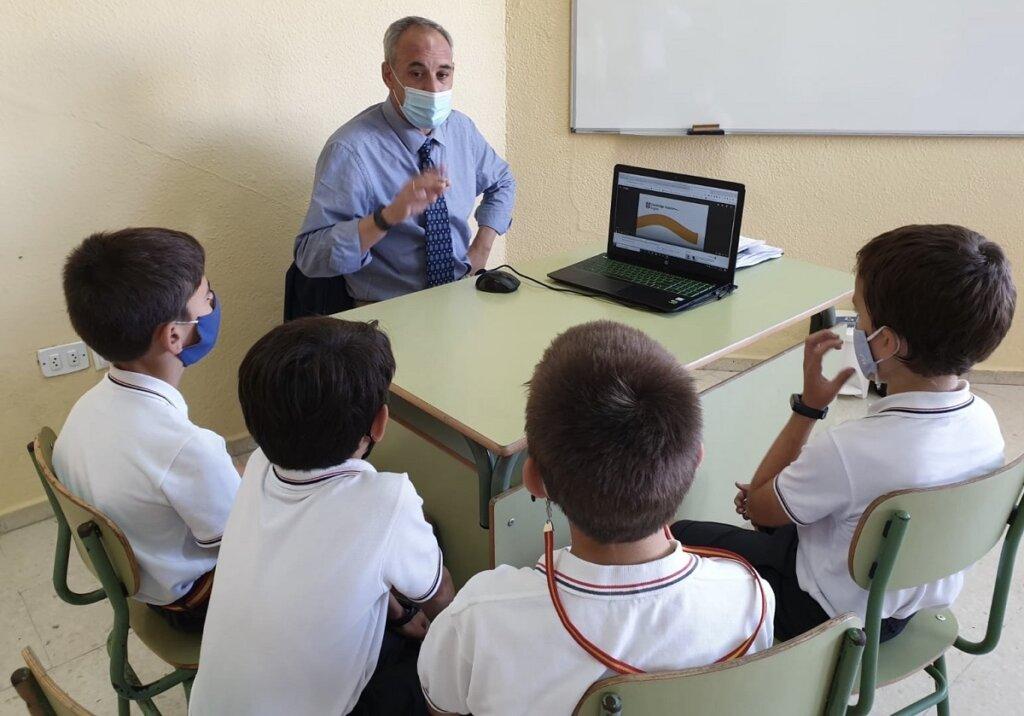 Alumnos de Guadalete trabajando en las sesiones de conversación inglesa con le profesor nativo Phillip Grossman