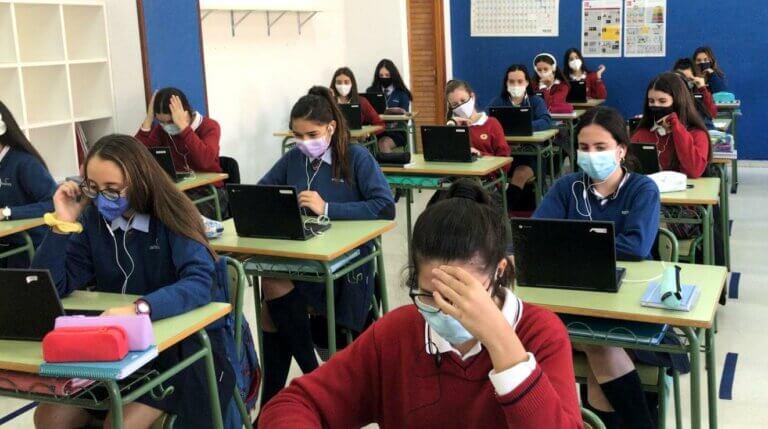Las alumnas de 4º ESO en la inauguración de la Semana de la Ciencia.