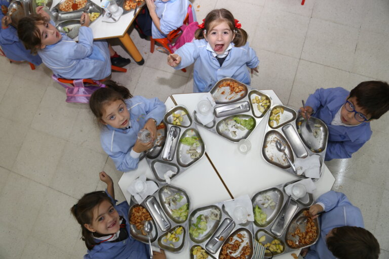 Alumnos de Infantil comen en sus aulas.