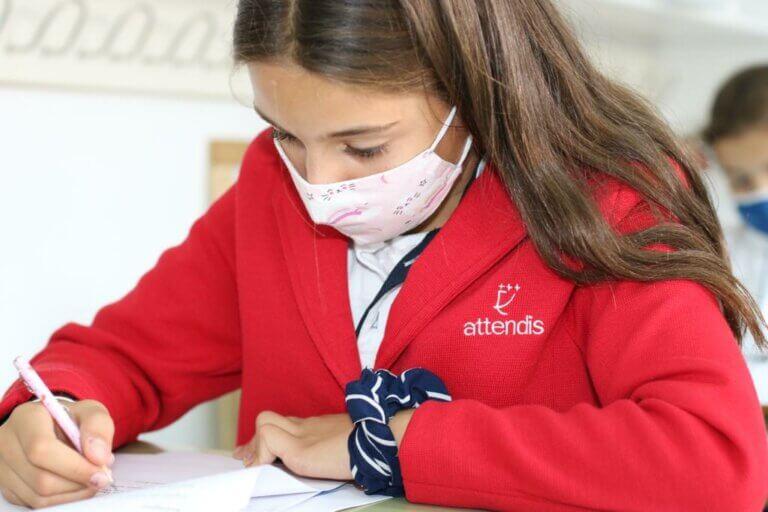 Una alumna se examina del Mock Exam