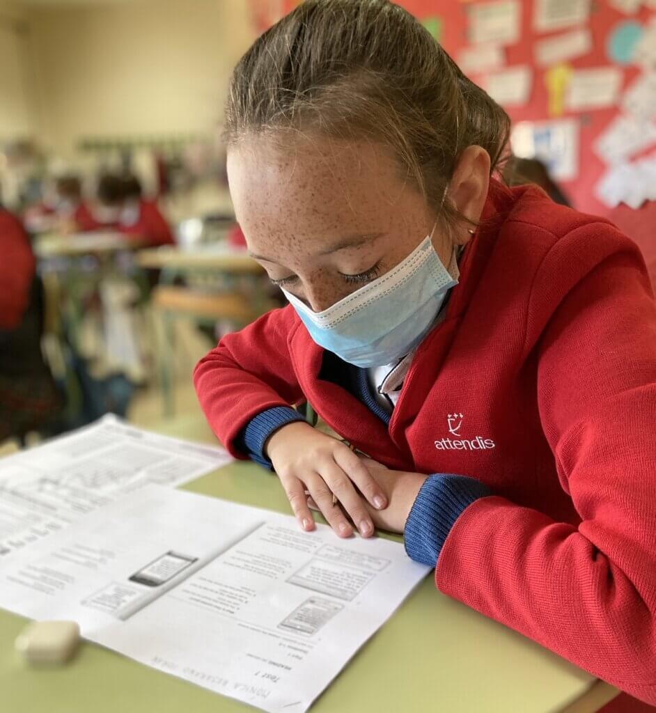 Alumna de PEP 8 realizando el simulacro Mock Exam
