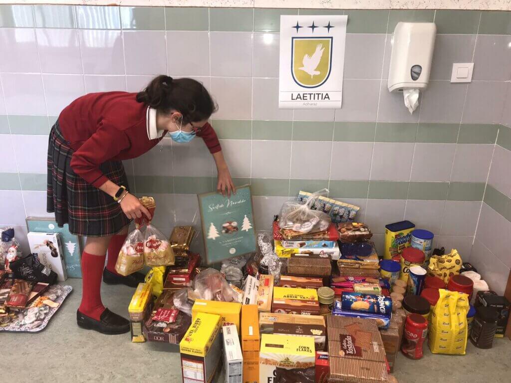 Alumnas del colegio Adharaz-Altasierra en la recogida de alimentos de la campaña de Navidad