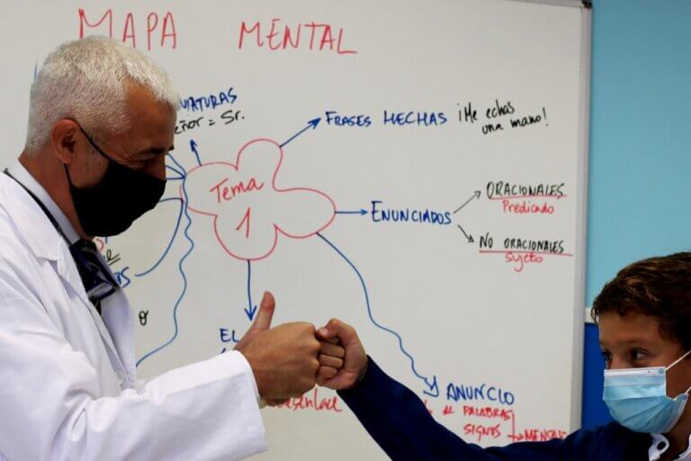 Profesor de Altaduna-Saladares felicita a un alumno