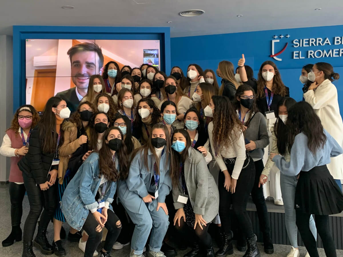 Las alumnas de SierraBlanca-El Romeral haciéndose una foto con Nachter en el Attendis University Summit '21