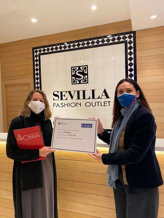 Fundación Prodean recoge la donación a la directora del colegio Adharaz en Sevilla Fashion Outlet