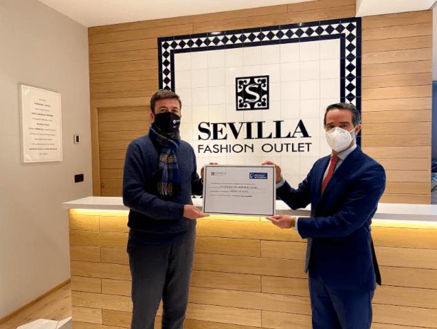 Cooperación Internacional recoge la donación al director del colegio Altasierra en Sevilla Fashion Outlet