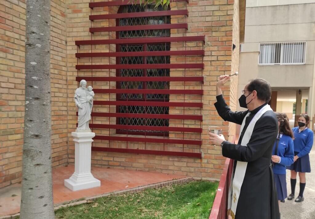 Bendición de la talla de San José donada por las alumnas de 2º de Bachillerato