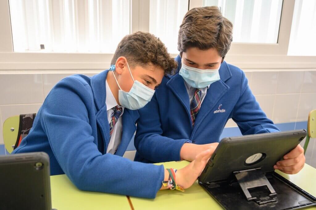 Alumnos de Secundaria trabajando con el Ipad