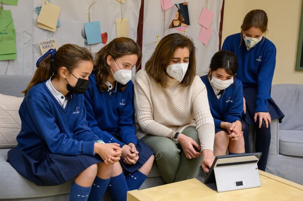 Alumnas del Programa PEP trabajando en grupo con su profesora