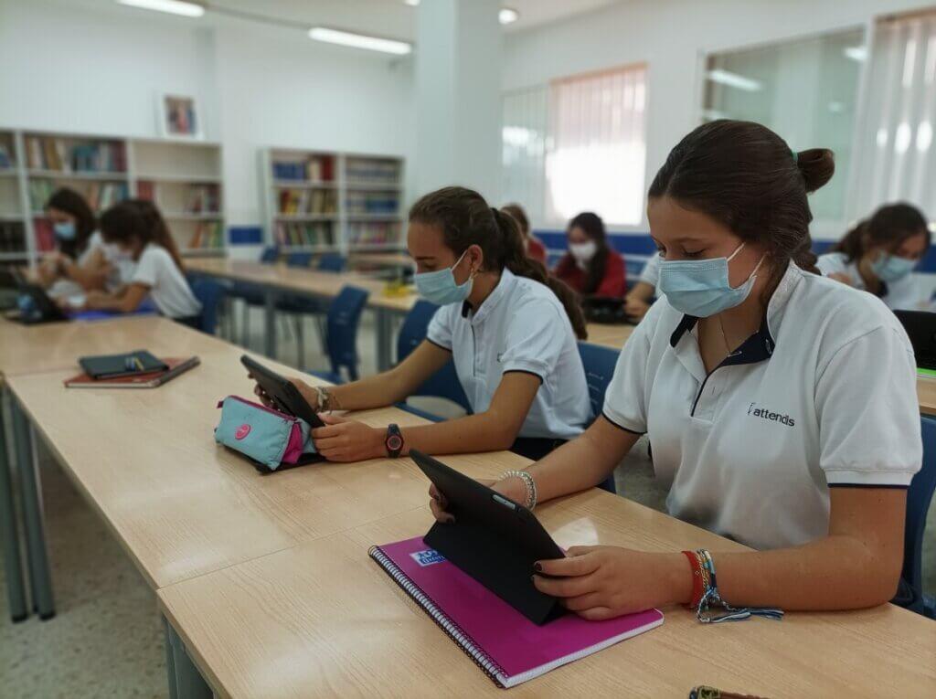 Alumnas de Secundaria trabajando en las instalaciones de Grazalema